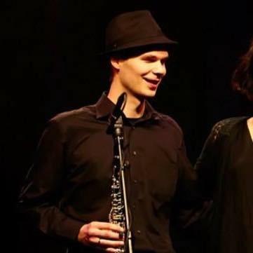 Daniel Graumann, Großaufnahme, spielt Klarinette, mit Hut